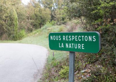 Située dans un écrin de verdure dans le petit village d'Aujargues