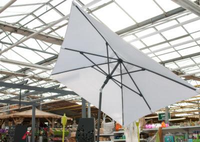 Des voiles d'ombrage, des parasols, profitez de votre jardin au frais l'été
