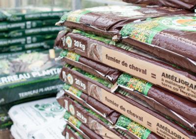 Du terreaux, des engrais, des insecticides, vous trouverez tout pour entretenir votre jardin