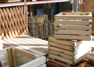 Large choix de pots et clôtures en bois pour le jardin